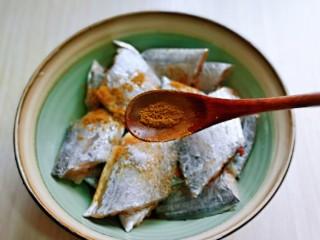 红烧带鱼,再加入十三香。(胡椒粉也可以)