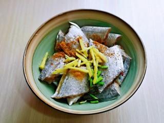 红烧带鱼,加入切好的姜丝,葱花。