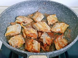 红烧带鱼,中小火煎至两面金黄。
