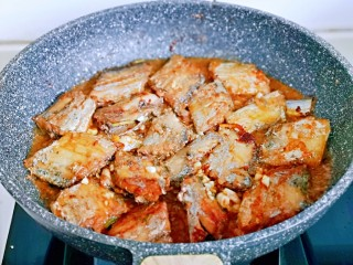 红烧带鱼,将调好的调味汁倒入煎好的带鱼锅中,大火收汁,轻轻晃动平底锅,待汤汁浓稠关火。