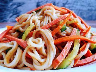 凉拌米粉,米粉入口顺滑搭配着时蔬和香肠的美味让人回味无穷