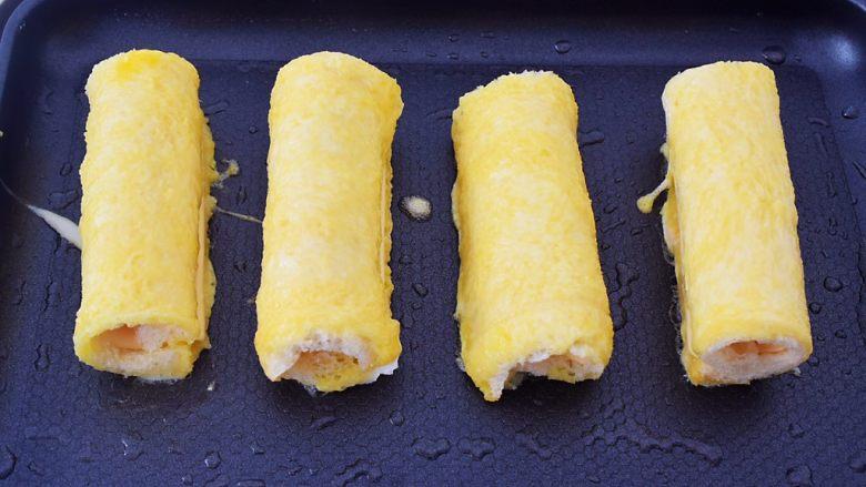 芝士火腿吐司卷,平底锅刷一遍食用油烧热,再把吐司卷放入
