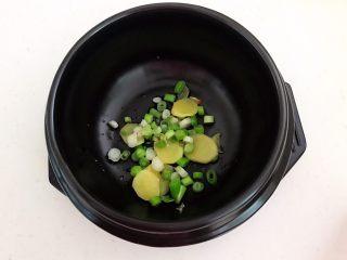 砂锅豆腐汆羊肉,把炒香的葱姜放入砂锅