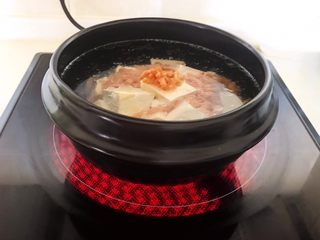 砂锅豆腐汆羊肉,加入开水