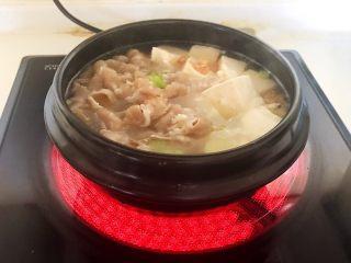 砂锅豆腐汆羊肉,加入焯好的羊肉片,大火烧开后煮五分钟