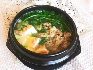 砂锅豆腐汆羊肉,砂锅豆腐汆羊肉豆腐嫩滑,羊肉鲜香,清淡适宜,营养丰富~