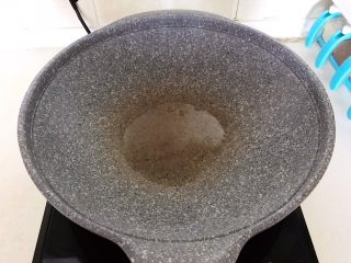 砂锅豆腐汆羊肉,炒锅烧热后加入1小勺玉米油