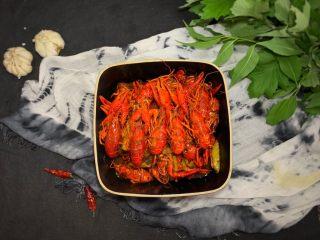 蒜香麻辣小龙虾,上菜