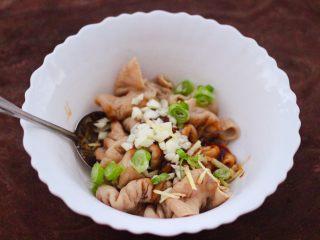 金牌拍蒜豉香蒸大肠,再加入大蒜碎和葱花,姜丝。