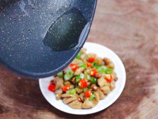 金牌拍蒜豉香蒸大肠,锅烧热倒入剩下的10克花生油烧热后,均匀地把花生油浇到猪大肠上即可。