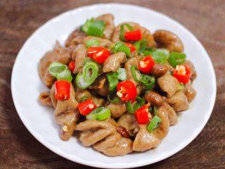 金牌拍蒜豉香蒸大肠,上面码上葱花和小米辣。
