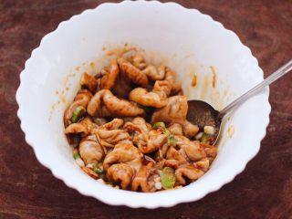 金牌拍蒜豉香蒸大肠,把所有的食材和调料,混合搅拌均匀后腌制20分钟。