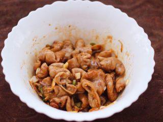 金牌拍蒜豉香蒸大肠,把猪大肠搅拌均匀即可。