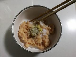 香香鸡肉圆,放入少许白胡椒粉