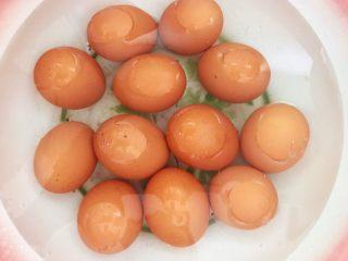自制五香茶蛋,加入冷水浸泡5分钟,刷洗干净