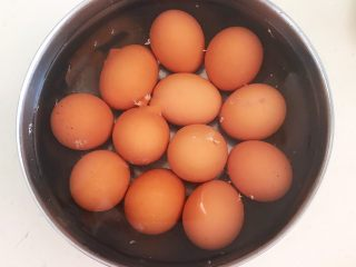 自制五香茶蛋,把煮熟的鸡蛋捞出来用冷水过凉