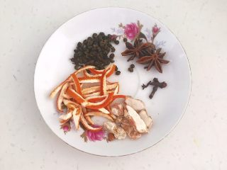 自制五香茶蛋,准备辅料:花椒粒,八角,陈皮,山奈,丁香