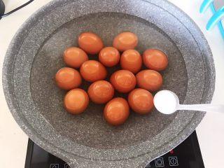 自制五香茶蛋,加入2克精盐,烧开后煮8分钟,关火后浸泡2分钟即可