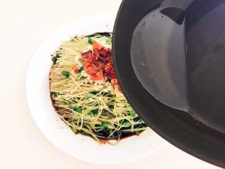 炝拌黑豆苗,把玉米油烧至冒烟,立即把玉米油浇到干红辣椒和蒜末上