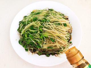 炝拌黑豆苗,加入蒸鱼豉油