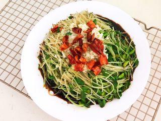 炝拌黑豆苗,用热油把干红辣椒和蒜末的香味激发出来