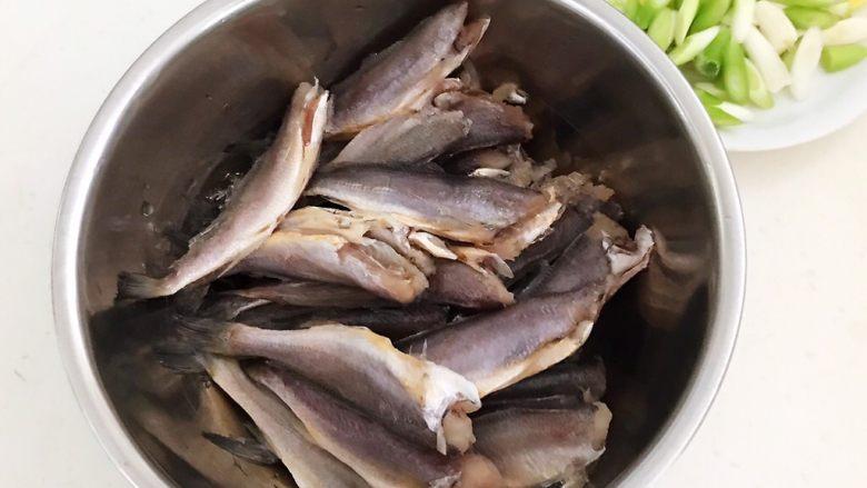 香煎无头小黄花鱼,把小黄花鱼放入一个大碗里