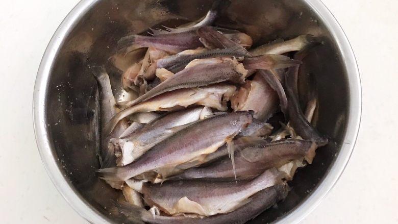 香煎无头小黄花鱼,用手抓匀