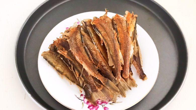香煎无头小黄花鱼,香煎无头小黄花鱼外焦内软,鱼肉嫩滑鲜香,刺少肉多,底油少盐,非常好吃~