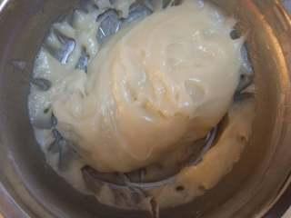 糯米糍,蒸好的糯米放黄油揉匀(小心别烫手哦)