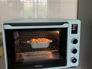吐司布丁,放入预热好的烤箱,上下火180度烤30分钟就可以啦!看见上色了要盖锡纸哦!