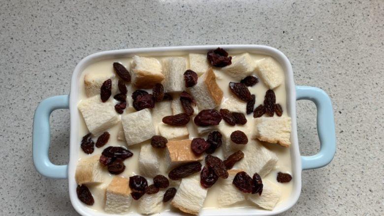 吐司布丁,放入葡萄干和蔓越莓
