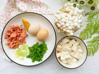 鲜香浓郁的菌菇豆腐汤,白玉菇200g、豆腐一块、鸡蛋2个、火腿半根、葱一根、姜适量。