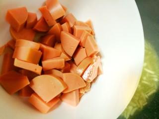 鲜香浓郁的菌菇豆腐汤,然后倒入火腿肠片。