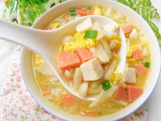鲜香浓郁的菌菇豆腐汤,盛入碗中。