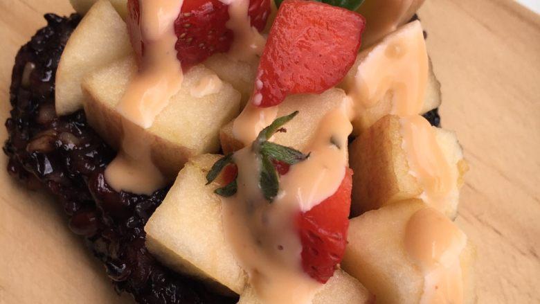 沙拉粽,可以放点草莓装饰一下