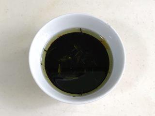 葱油面,炸好的葱油盛出备用。