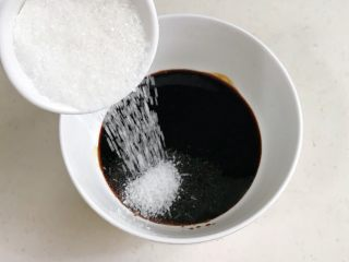 葱油面,往碗里生抽、老抽和糖。