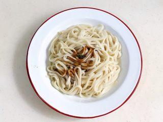 葱油面,待面盛出,加入1~2勺葱油拌匀即可。