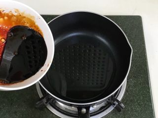 葱油面,趁锅中油温加入调制好的酱料。