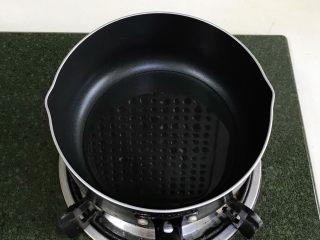 葱油面,开火,往锅中倒入适量的食用油。