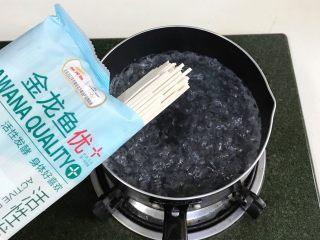 葱油面,锅中倒入适量的清水烧开。