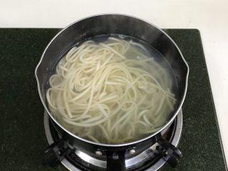 葱油面,煮6~7分钟至熟即可捞出。