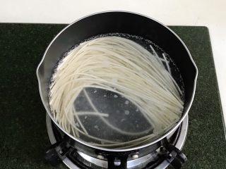 葱油面,放入金龙鱼优+活性发酵空心挂面。