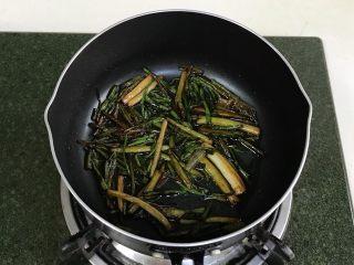 葱油面,炸至微焦黄捞出备用,尽量不要炸黑炸糊。