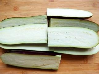 手撕茄子(内附万能凉拌汁做法),茄子对半切开,再切两段。