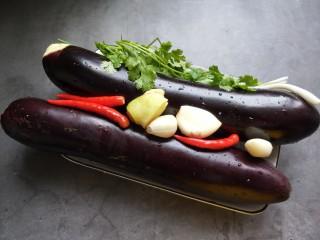手撕茄子(内附万能凉拌汁做法),准备食材,洗净。