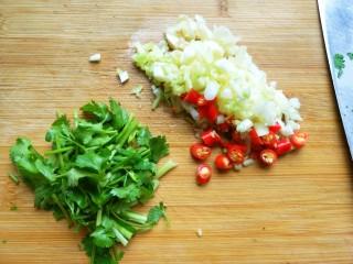 手撕茄子(内附万能凉拌汁做法),大蒜生姜切丁,小米椒切圈,香葱,香菜切段。