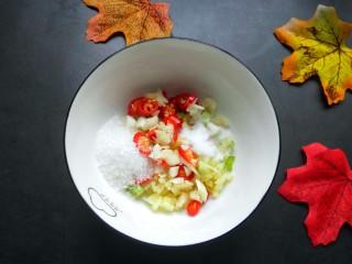 手撕茄子(内附万能凉拌汁做法),来做凉拌汁:碗内放生姜大蒜,小米椒,放一勺白糖,盐。