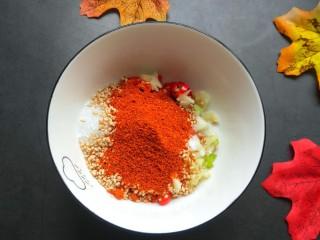 手撕茄子(内附万能凉拌汁做法),一勺辣椒粉。