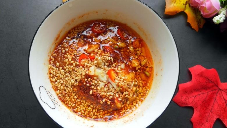 手撕茄子(内附万能凉拌汁做法),浇上烧好的热油。